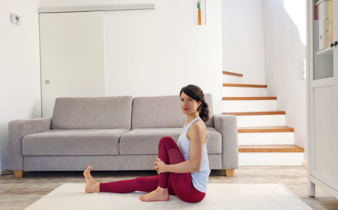 Wir beginnen unsere Yoga am Abend Sequenz im Sitzen