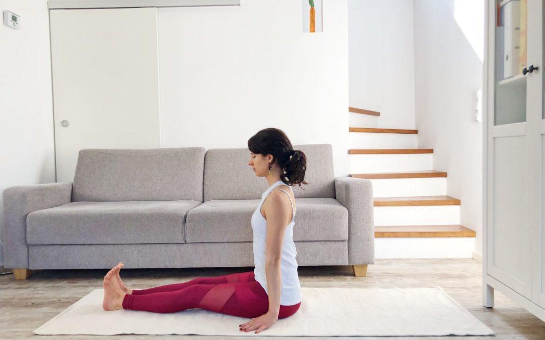 Der Stocksitz ist eine beruhigende Haltung für Yoga am Abend