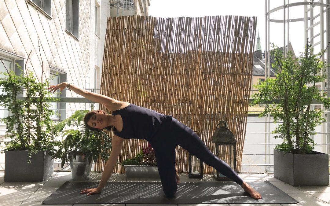 Vasisthasana mit Knie am Boden und Arm über den Kopf gestreckt