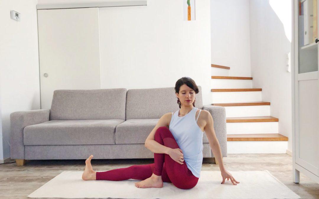 Yoga am Abend: der einfache Drehsitz