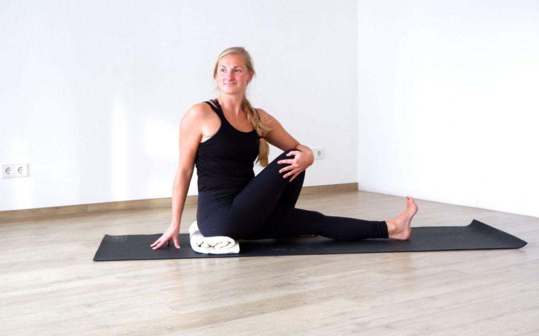 Rotationsbewegungen sind fester Bestandteil beim Yoga für den Rücken