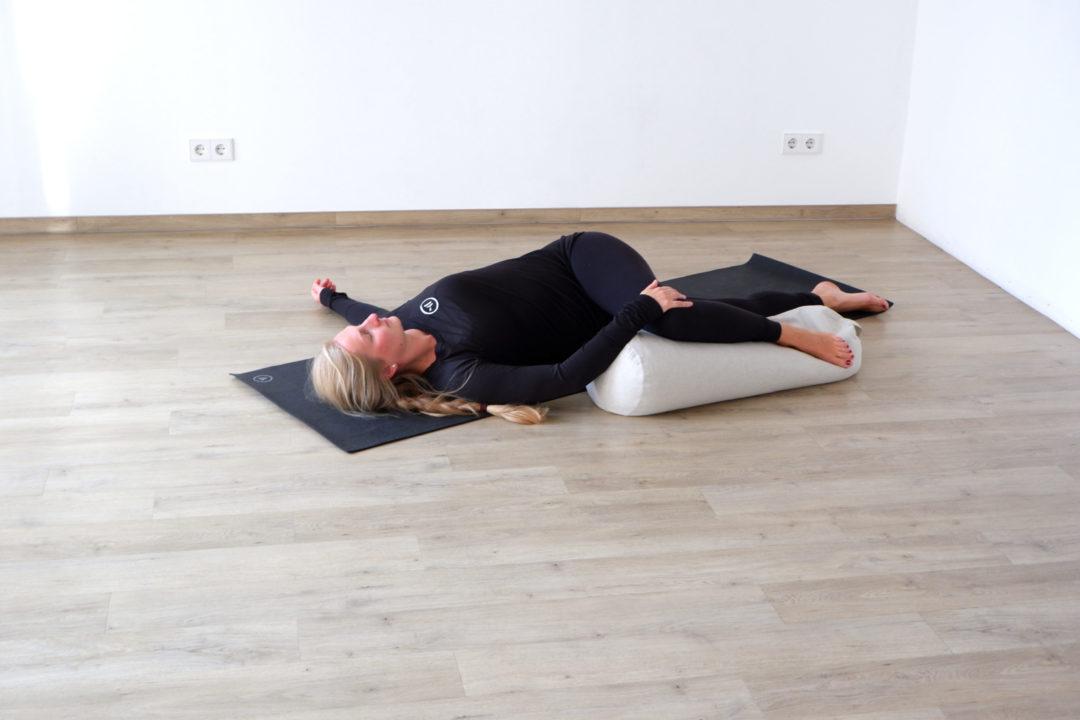 Die Drehung im Liegen eignet sich hervorragend für Yin Yoga im Herbst
