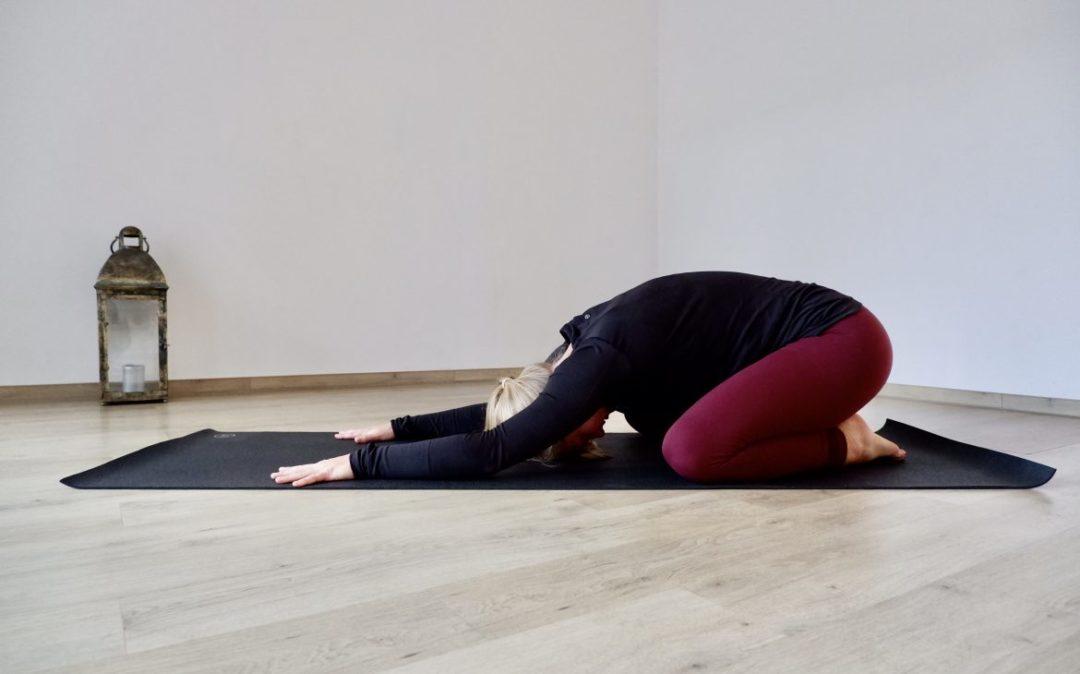 Yoga für den unteren Rücken: Kindeshaltung mit weiten Knien