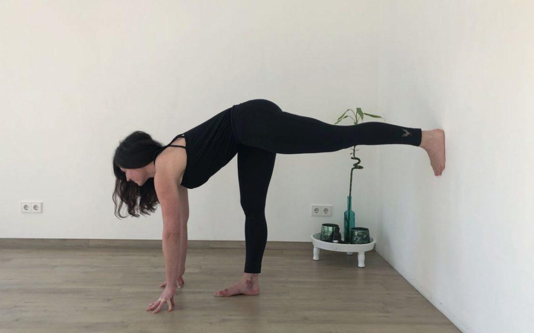 Yoga Krieger 3 an der Wand