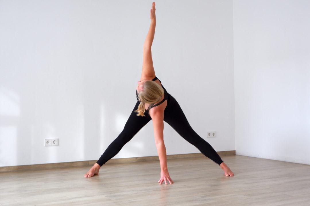 yoga für den Rücken - weite Grätsche