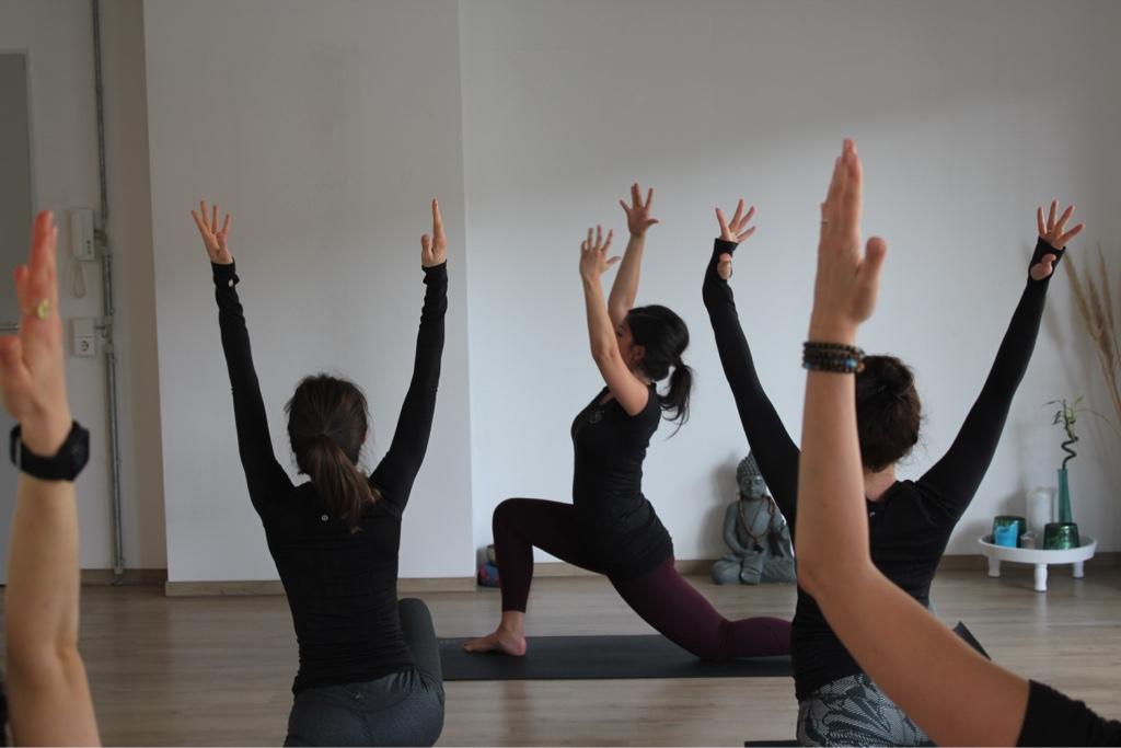 Eine Yogastunde bei Yoga Individual Aachen