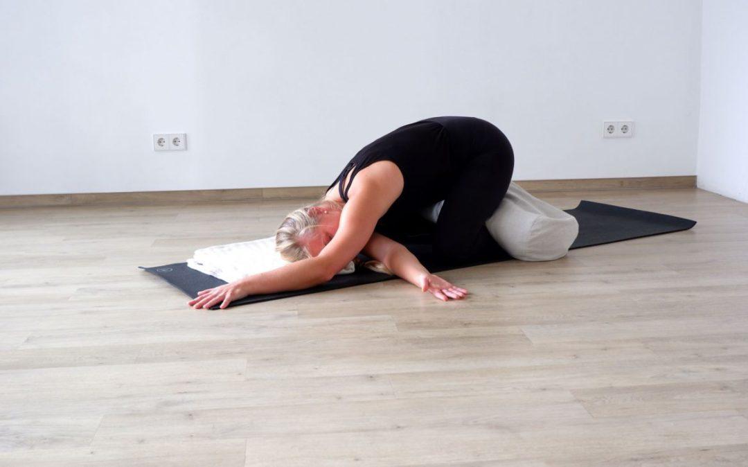 Yin Yoga im Herbst - gedrehte Kindeshaltung
