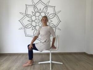 Yoga auf dem Stuhl mit Karoline Dauwe