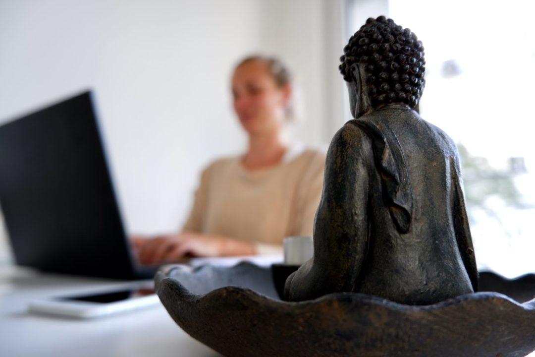 als festangestellte Yogalehrerin gibt es auch einen Buddha am Schreibtisch