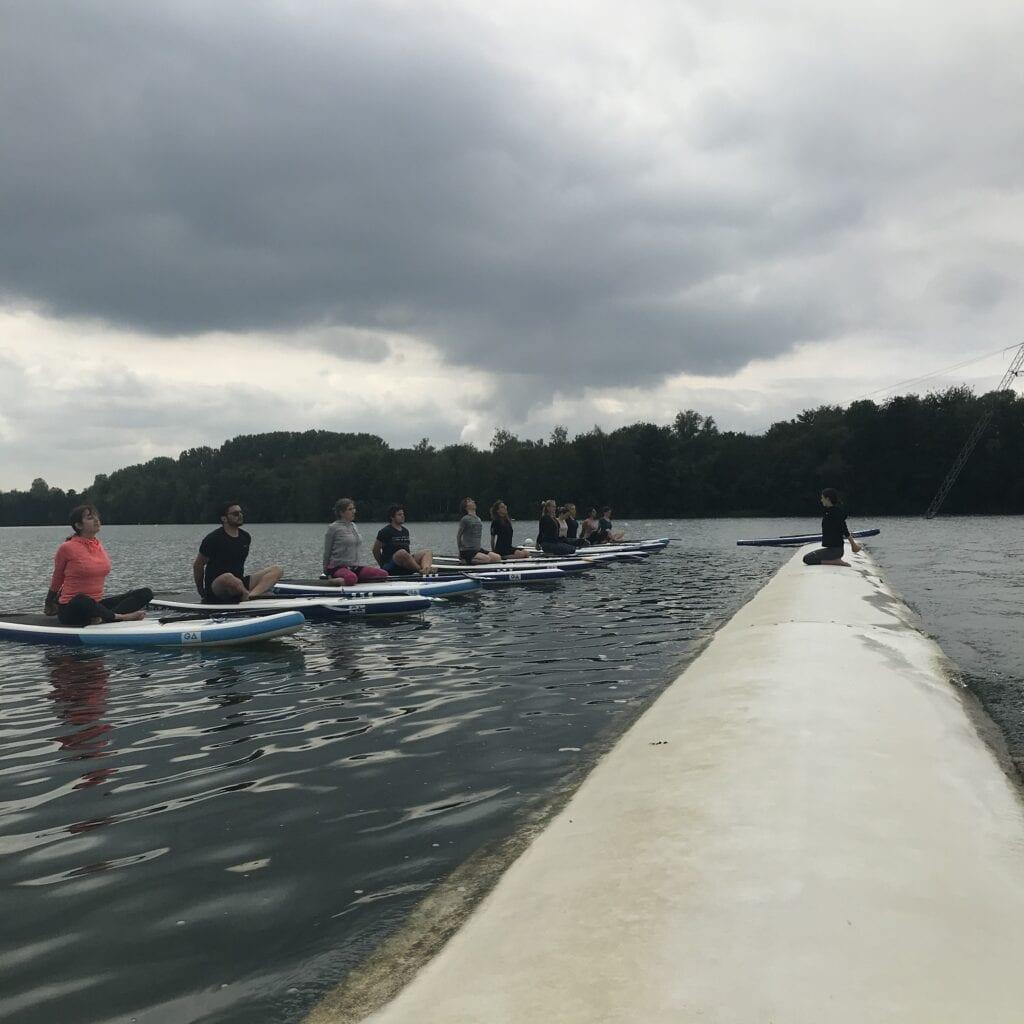 SUP Yoga am Dürener Badesee während des Yoga Retreats