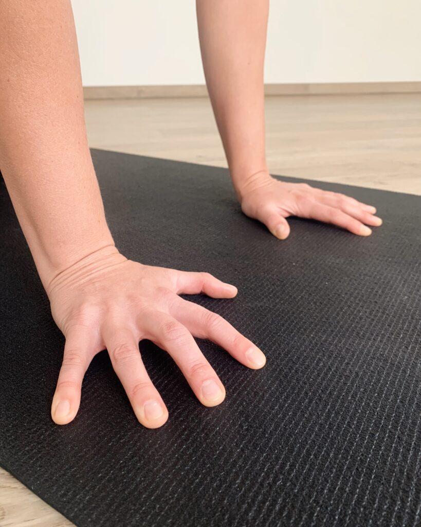 aktive Hände im herabschauenden Hund