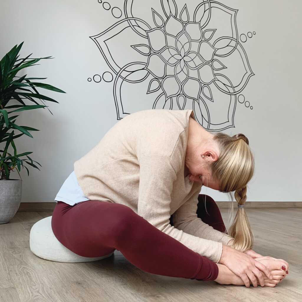 Yin Yoga Winter - sitzender Schmetterling