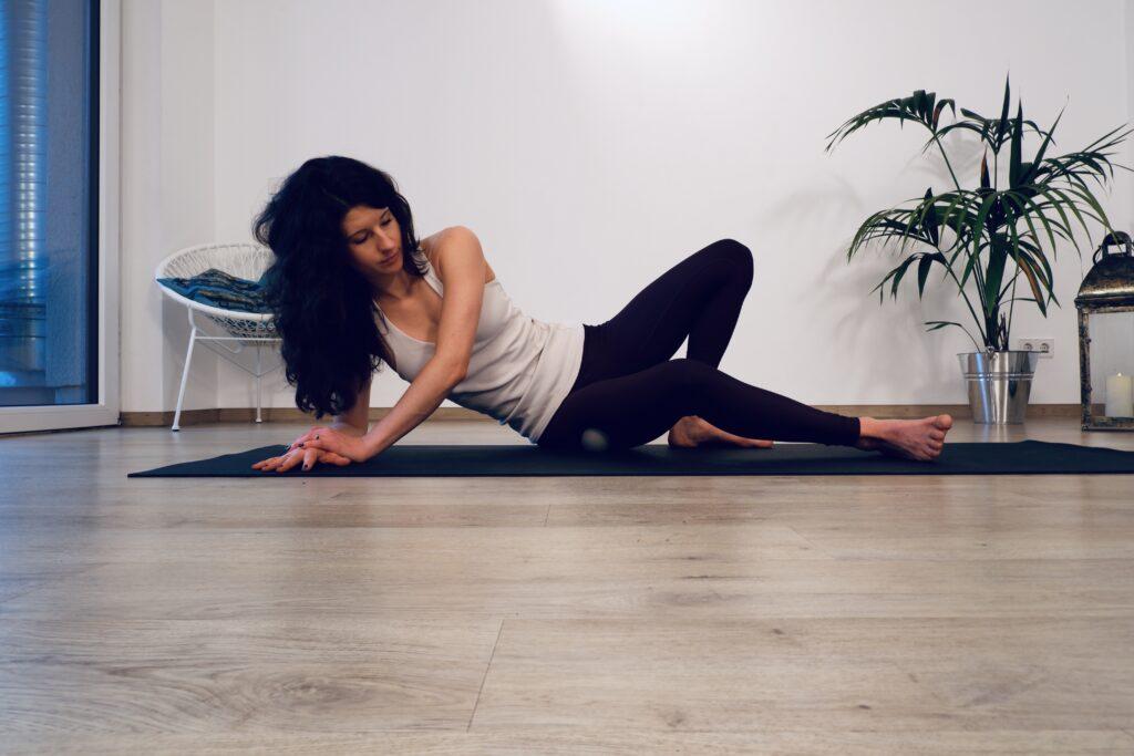 Yoga IT Band: Faszienmassage
