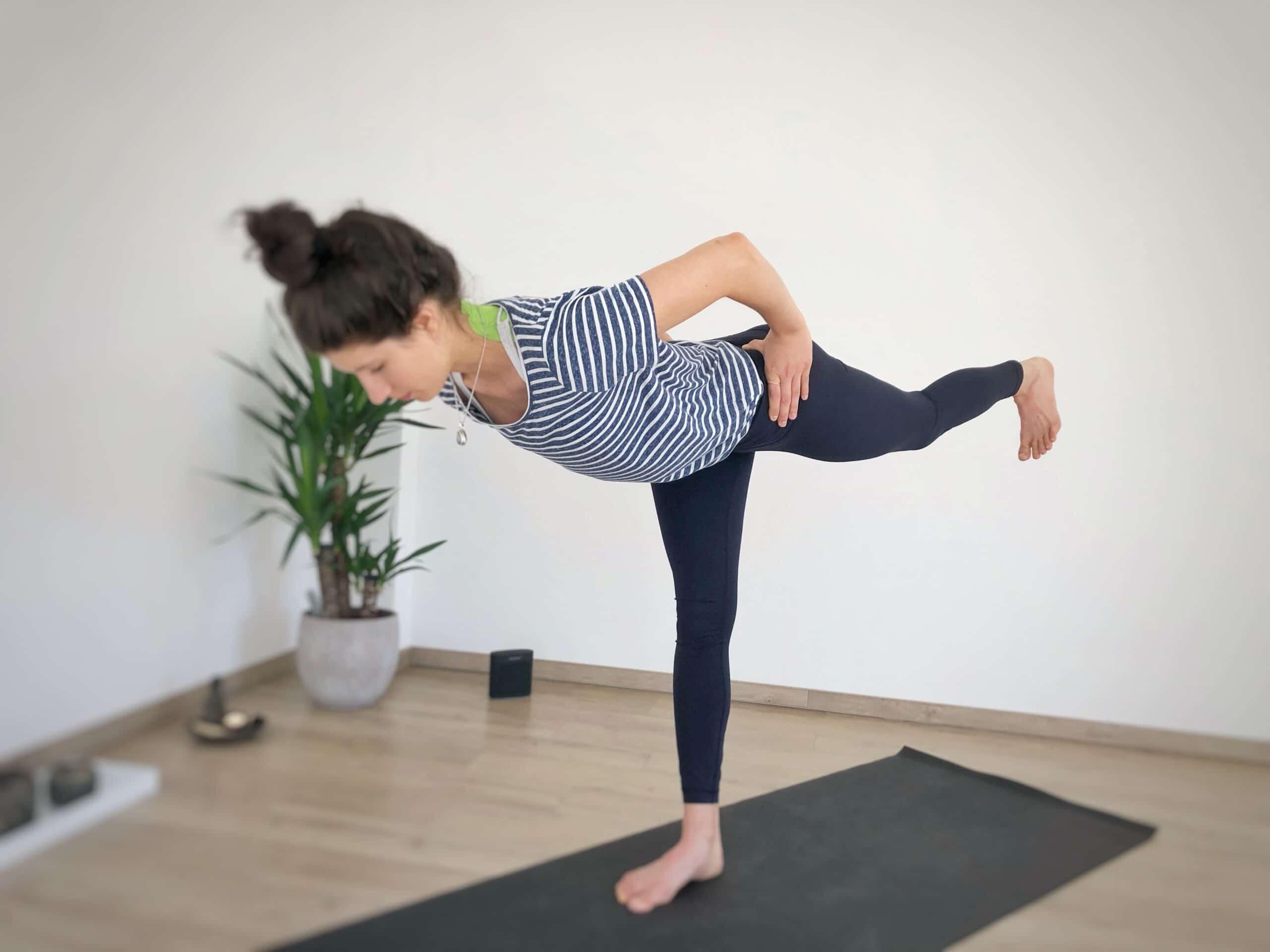Krieger 3 mit Yoga Selfassists am Becken