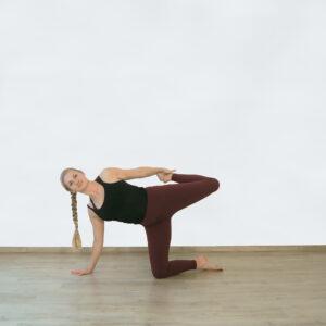 Yogaflow mit gebundenem Seitstütz